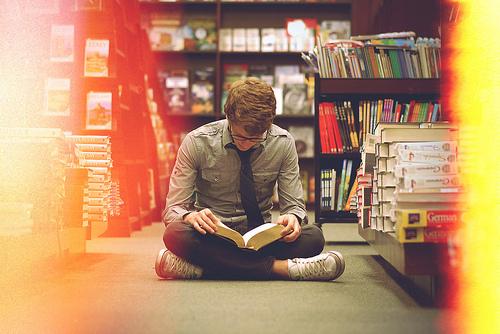 Чтение книг в библиотеке